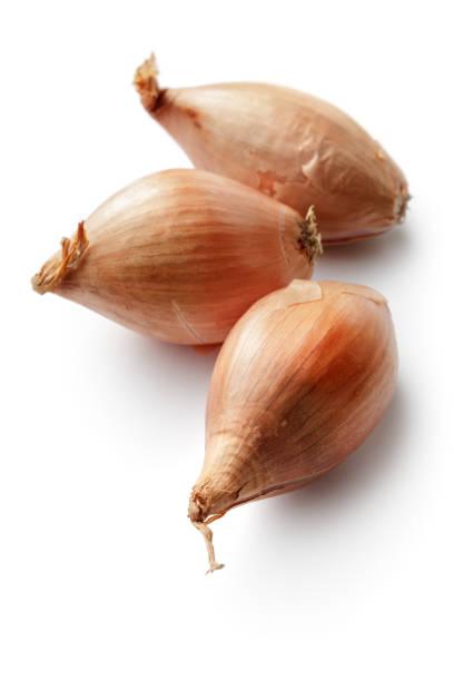 groenten: sjalotten geïsoleerd op witte achtergrond - sjalot stockfoto's en -beelden