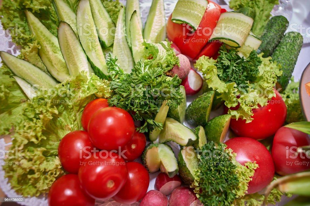 Gesneden groenten, tomaten, komkommers en Groenen - Royalty-free Biologie Stockfoto