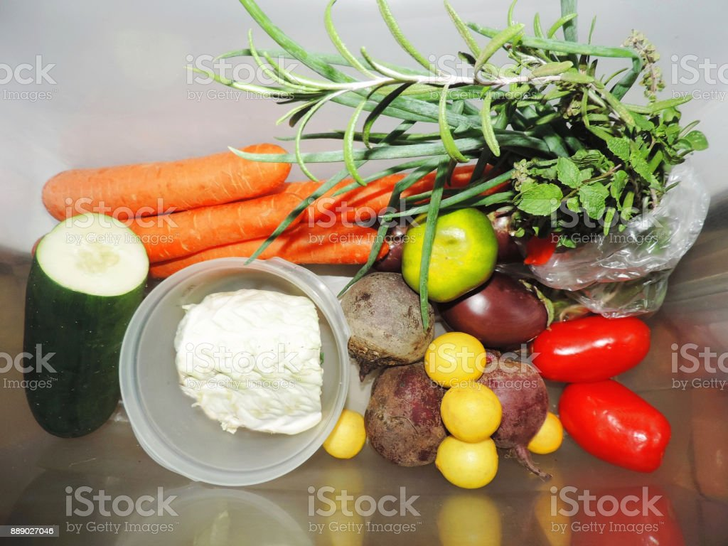Vegetais organizados na geladeira stock photo