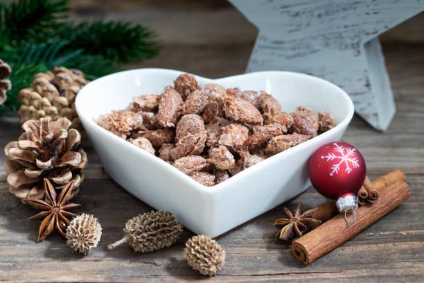 vegetarische mandeln mit zucker zu weihnachten - zimt pekannüsse stock-fotos und bilder