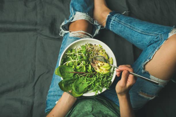 wegetariańska miska śniadaniowa ze szpinakiem, rukolą, awokado, nasionami i kiełkami - jedzenie wegetariańskie zdjęcia i obrazy z banku zdjęć