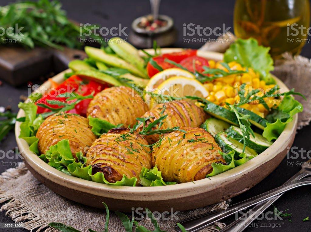 Vegetarisches Buddha Schüssel. Rohes Gemüse und gebackene Kartoffeln in Schale. Vegan essen. Gesund und Detox Food-Konzept. - Lizenzfrei Avocado Stock-Foto