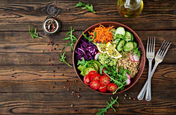 Bol de Bouddha végétarien au quinoa et légumes frais. Concept d'une alimentation saine. Salade végétalienne. Vue de dessus. Poser de plat - Photo