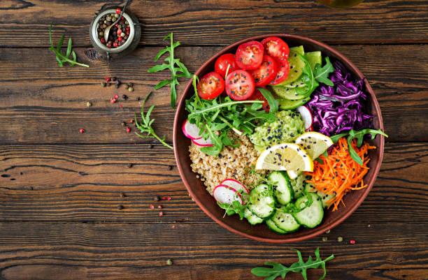 bol de bouddha végétarien au quinoa et légumes frais. concept d'une alimentation saine. salade végétalienne. vue de dessus. poser de plat - saladier photos et images de collection
