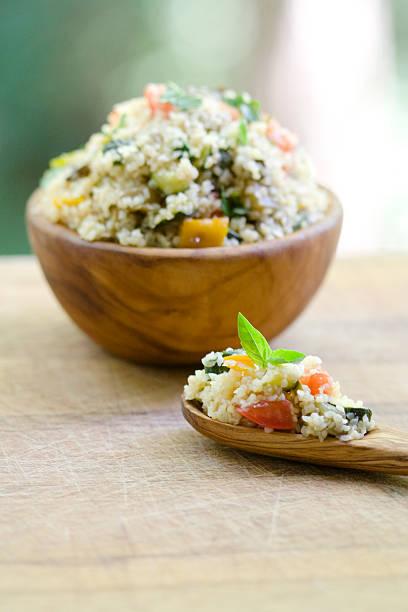 vegetarische bulgur auf olive wood schüssel und löffel - couscous salat minze stock-fotos und bilder