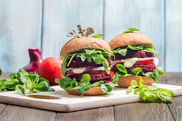 vegetarian burger made of beetroot - pan multicereales fotografías e imágenes de stock