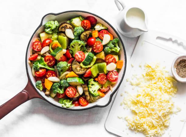 Vegetarische Auflauf ratatouille, gebacken in einer Pfanne auf einem hellen Hintergrund, Ansicht von oben – Foto
