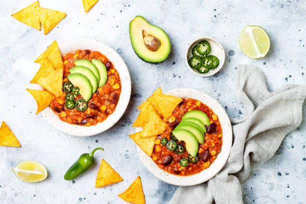 Vegetarische Chili con carne mit Linsen, Bohnen, Nachos, Kalk, Jalapeno. Mexikanisches traditionelles Gericht – Foto