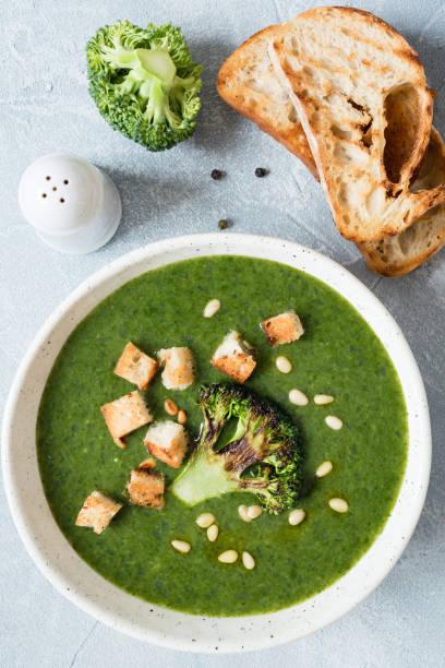vegetarische creme von broccoli-suppe mit croutons und pinienkernen - spinatsuppe stock-fotos und bilder