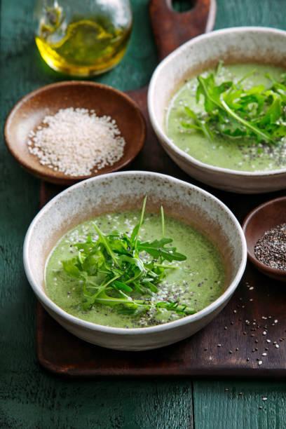 vegetarische cremige spinatsuppe - spinatsuppe stock-fotos und bilder