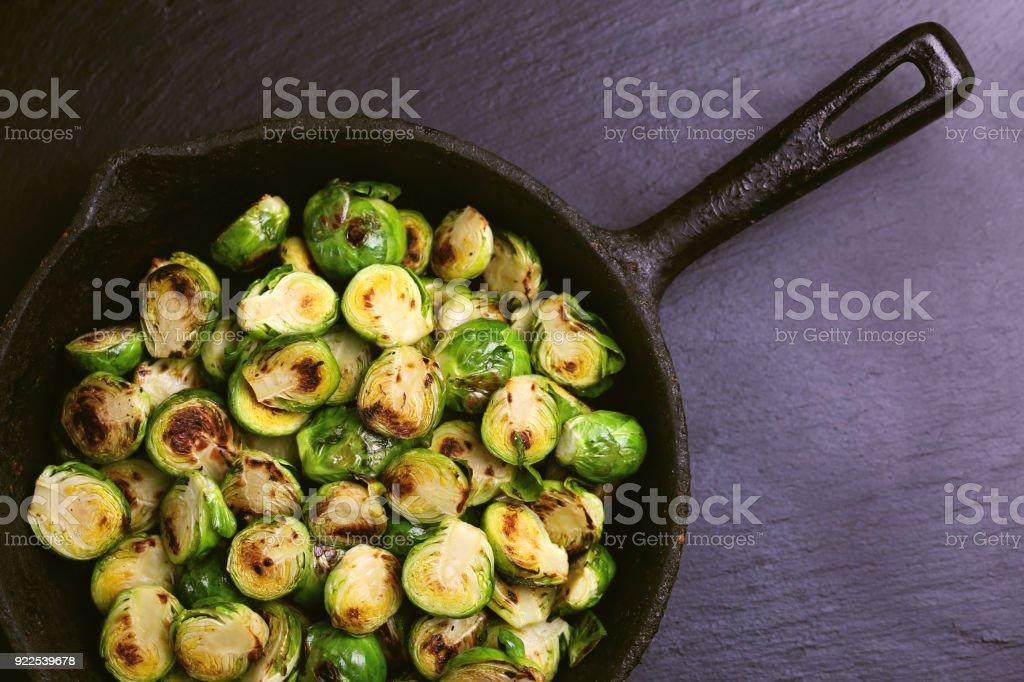 Vegetarische Küche. Rosenkohl mit Olivenöl geröstet. Exemplar – Foto