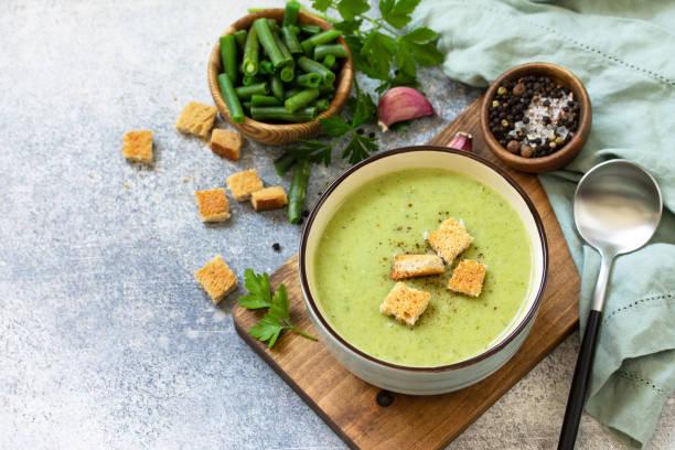 채식 요리. 밝은 배경에 녹색 콩의 식이 맛있는 크림 수프. 텍스트에 사용할 수 있는 여유 공간입니다. 스톡 사진