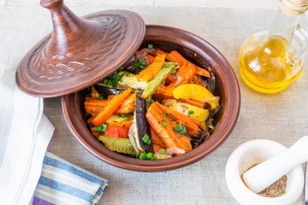 Prato vegetariano, tajine caseiro ou tagine com batatas, berinjelas, abobrinha e pimenta, vista superior-cozinha tradicional marroquina e tunisina - foto de acervo