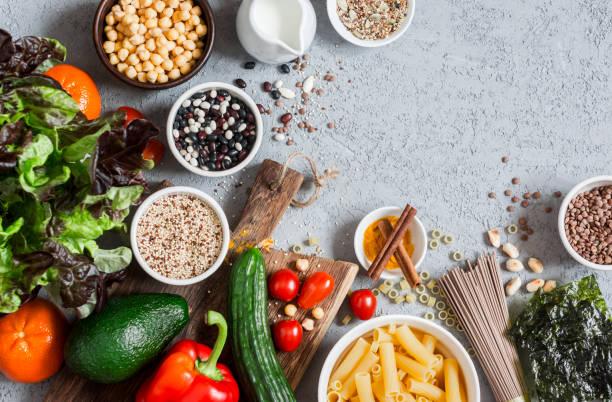 vegetarische kost hintergrund. gesunde ernährung-food-konzept. freiraum, flach legen - zimt gurken stock-fotos und bilder