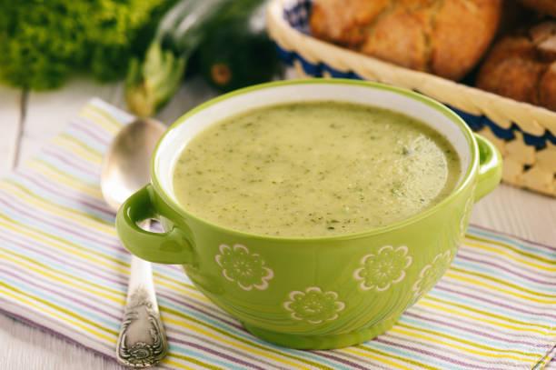 vegetarisch essen - hausgemachte zucchini creme suppe. - spinatsuppe stock-fotos und bilder