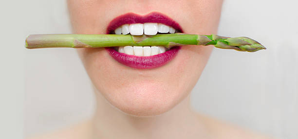 vegetarische speisen - spargel vegan stock-fotos und bilder