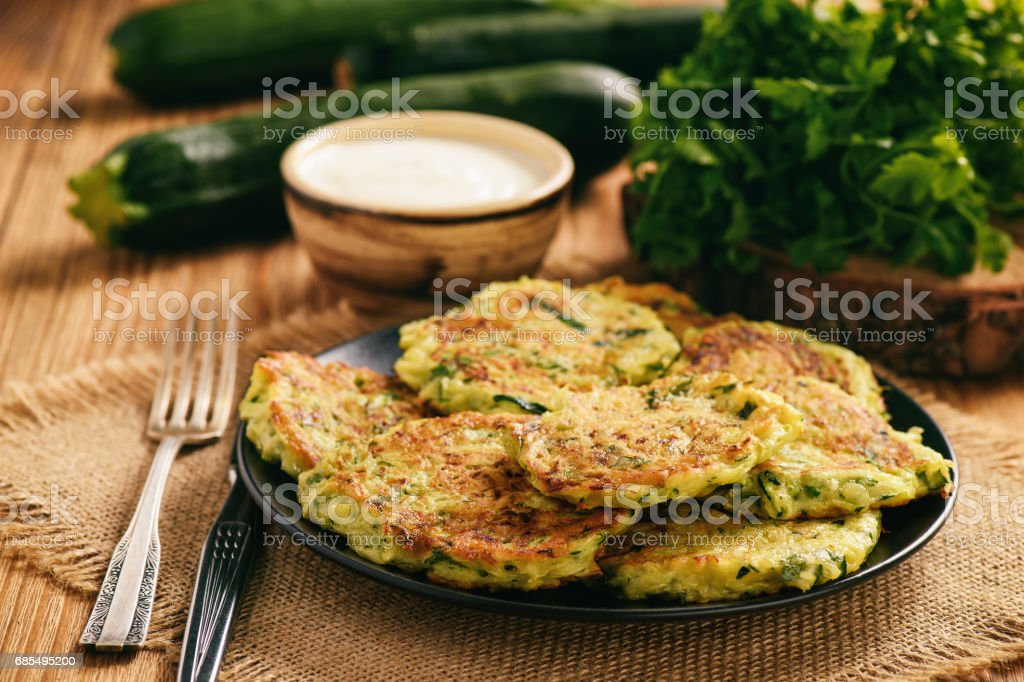Vegetarian food - zucchini fritters on wooden background. - Foto stock royalty-free di Alimentazione sana