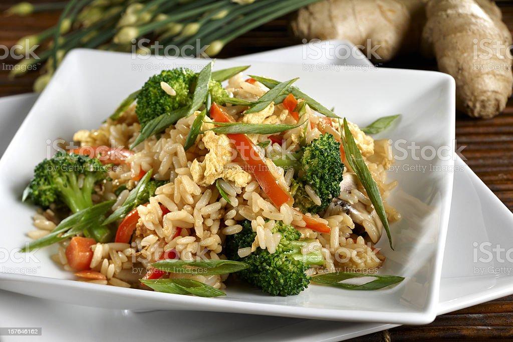 Arroz frito con verduras vegetarianas y saludables - foto de stock
