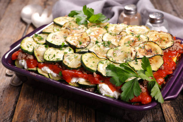 vegetarischer gratin mit ricotta - käse zucchini backen stock-fotos und bilder