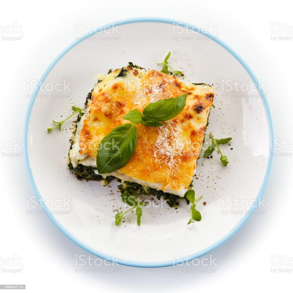 Vegetarische Lasagne auf weißem Hintergrund – Foto