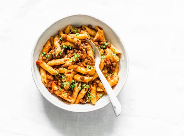 Vegetarische Linse Bolognese Sauce mit Penne Pasta auf einem hellen Hintergrund, Ansicht von oben. Gesunde Ernährung Konzept Nahrung – Foto