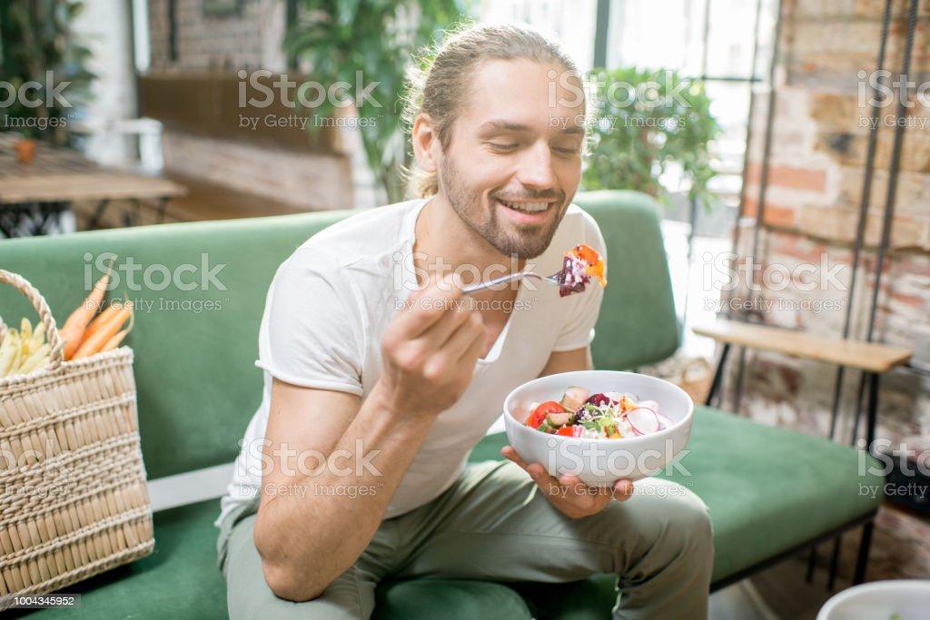 Vegetarische Mann isst Salat im Innenbereich - Lizenzfrei Café Stock-Foto