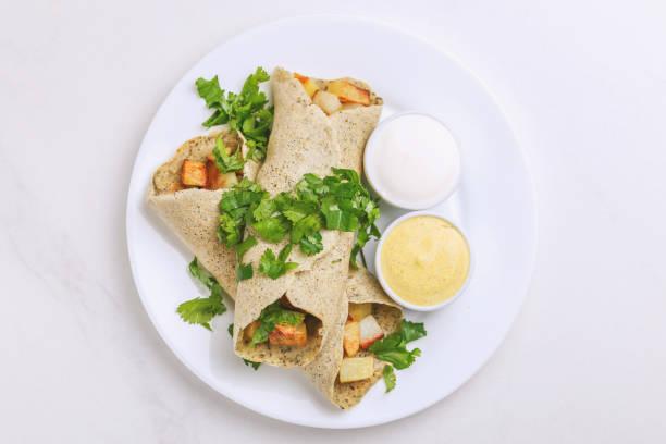Vegetarisch Masala Dosa mit Kartoffel, Chutney und Sambar Saucen – Foto