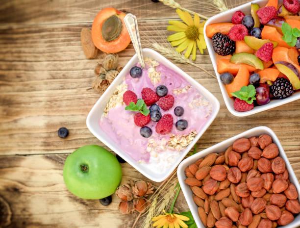 Comida vegetariana - avena con yogur de fruta - foto de stock