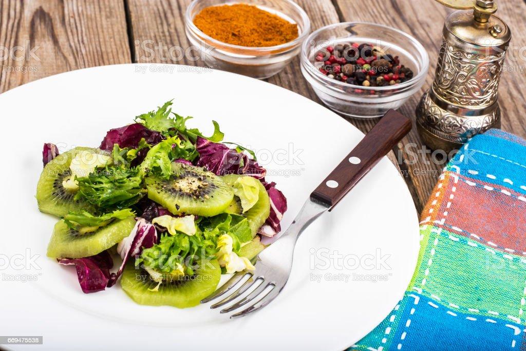 Menu végétarien-salade de laitue frisée, kiwi, huile d'olive - Photo