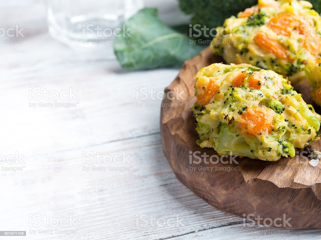 Vegetarian patties with carrots and broccoli. Copy space photo libre de droits