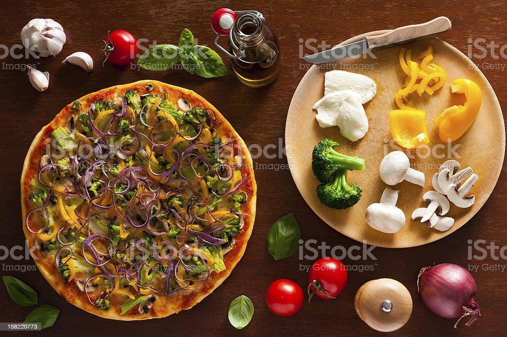 Vegetarische pizza und Zutaten – Foto