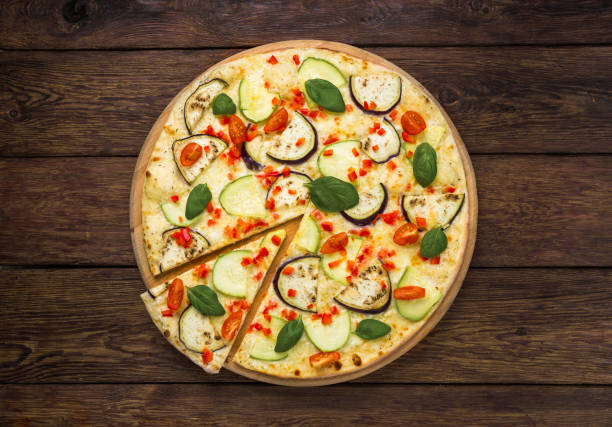 vegetarische pizza mit auberginen und zucchini - low carb pizzateig stock-fotos und bilder