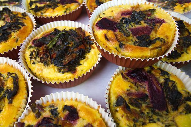 vegetarische quiche lorraine display (nahaufnahme) - quiche lorraine original stock-fotos und bilder
