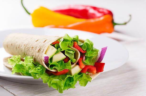 vegetarische salat tortilla-wraps - veggie wraps stock-fotos und bilder