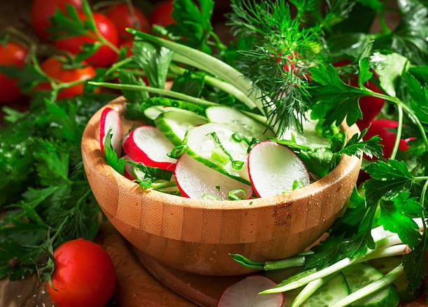 vegetarische salat mit radieschen, gurke, tomaten - bärlauchsalz stock-fotos und bilder