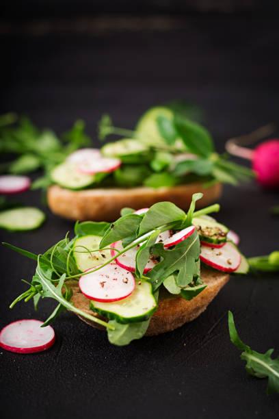 vegetarische sandwiches mit gurke, radieschen, rucola und grünen erbsen - englischer erbsen salat stock-fotos und bilder