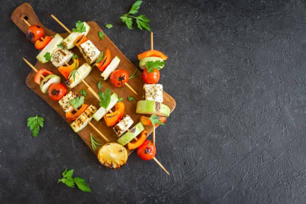 vegetarische spieße - mariniertes tofu stock-fotos und bilder