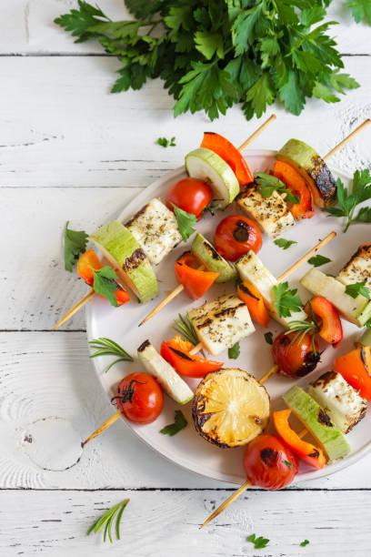 vegetarische spieße mit halloumi-käse - mariniertes tofu stock-fotos und bilder