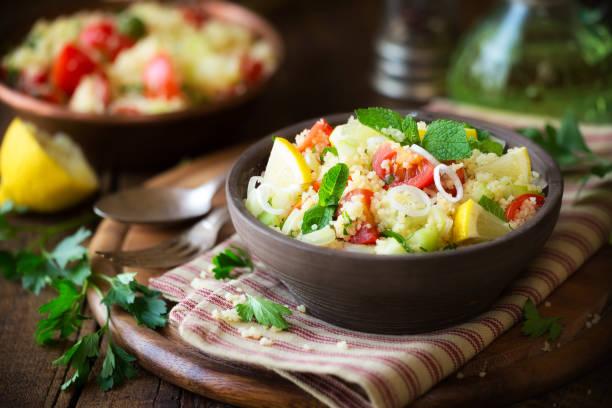vegetarische taboulé - couscous salat minze stock-fotos und bilder