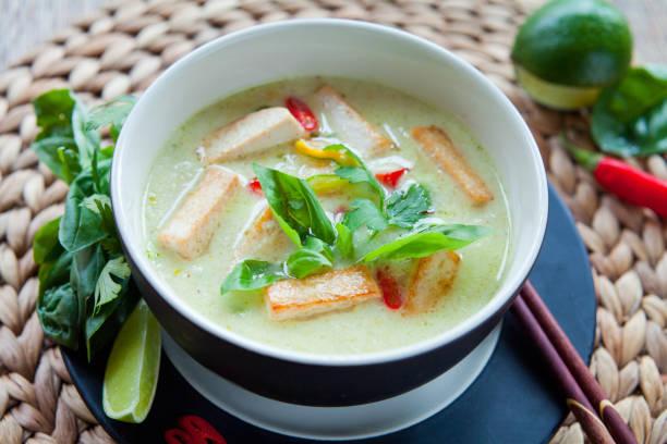 vegetarian thai green curry - ocimum tenuiflorum stock-fotos und bilder