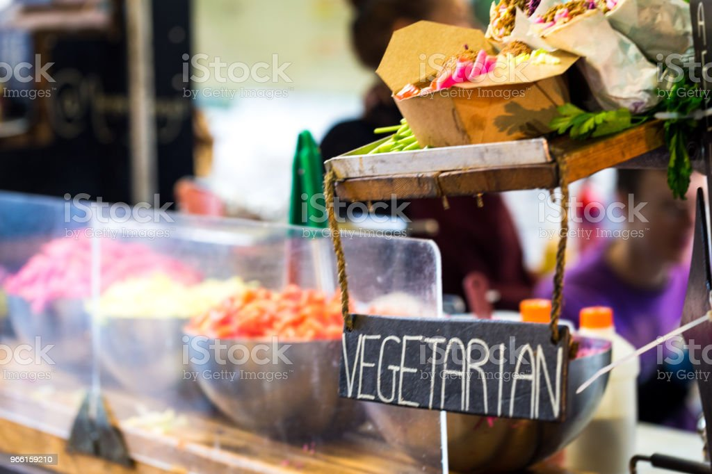 Vegetariano vegano saque puesto de comida en el mercado de comida en la calle, Londres, Reino Unido - Foto de stock de Aire libre libre de derechos