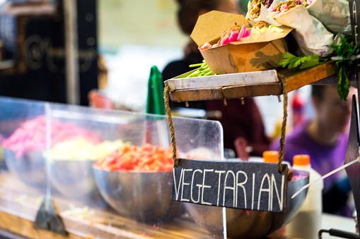 Vegetarische Vegan Gaan Eten Kraam Op De Markt Van De Straat Eten Londen Uk Stockfoto en meer beelden van Afhaal eten