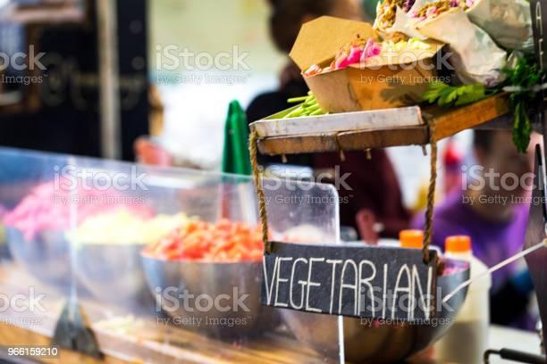 Vegetarisk Vegan Ta Ut Gatukök På Street Food Market London Uk-foton och fler bilder på Banta