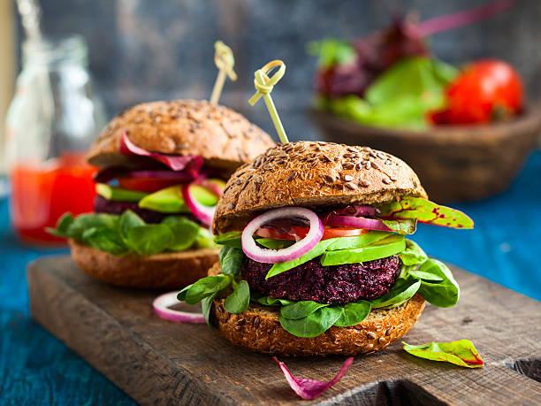 Vegetarische Bete und quinoa burger mit avocado – Foto