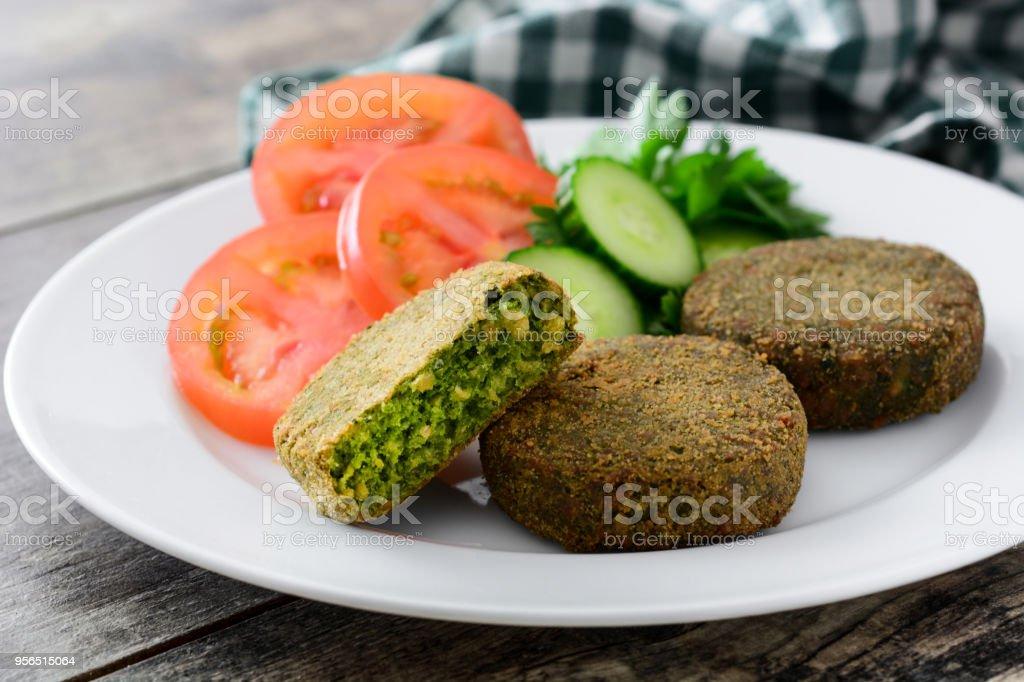 Veggie-Burger mit Spinat und Erbsen - Lizenzfrei Burger Stock-Foto