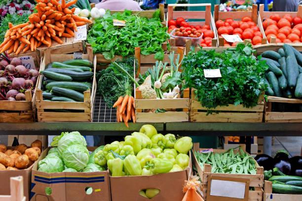 mercato vegetariano - bancarella foto e immagini stock