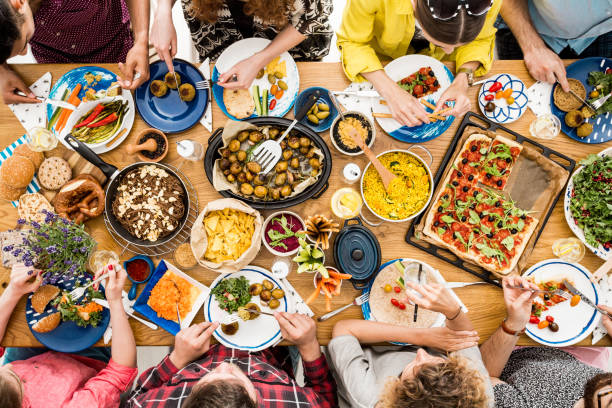 veggie meeting of friends - slow food foto e immagini stock
