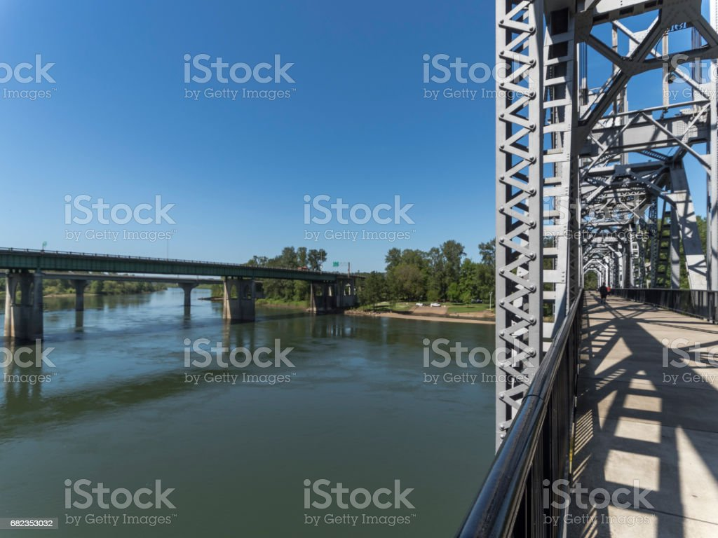 Vehicles and Railroad Bridges Over Willamette River Salem Oregon Cars Pedestrian royalty free stockfoto