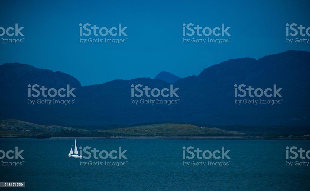 velero en fondo azul - foto de stock