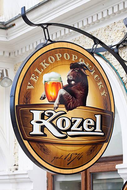 velkopopovicky kozel cerveja de praga - praga boémia - fotografias e filmes do acervo